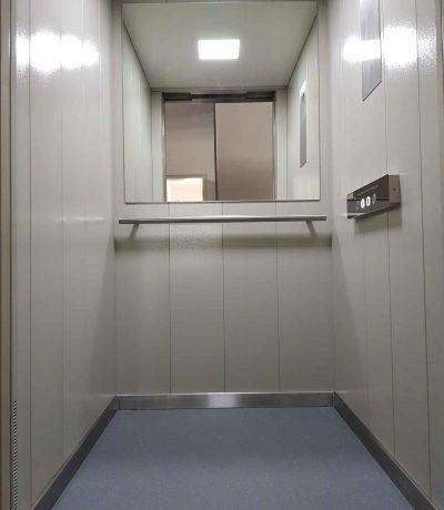 Die Kabinenwand des Homelift Liftikus mit Spiegel