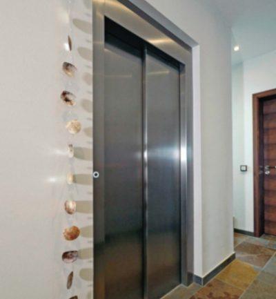 Die Schachttür des Homelift Liftikus aus Edelstahl